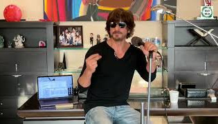 """Shah Rukh Khan sings """"Sab sahi ho jayega"""""""