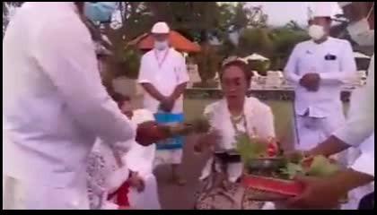इंडोनेशिया के पूर्व राष्ट्रपति की बेटी हिंदू धर्म में वापसी करती हुई