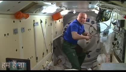 रूस के अभिनेता और अभिनेत्री अंतर्राष्ट्रीय अंतरिक्ष स्टेशन मूवी सूट कर रहें हैं