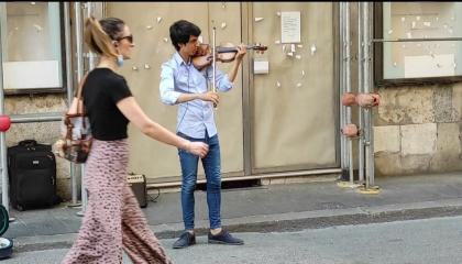 ROME ( Italy ) -  Awesome Performance by street Violinist in via del Corso