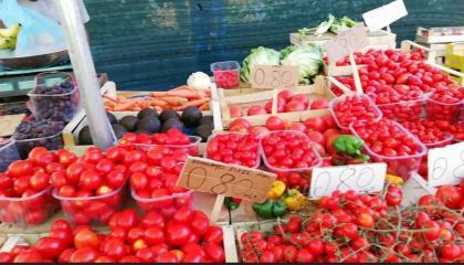 इटली में पिच रोड पर फलों और सब्जियों के बाजार  Italy Rome - Fruits and vegetables markets on the Pitch road